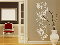 Wandtattoo Dekorative Blumenranke auf dunkler Wand