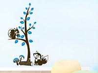 Wandtattoo Zweifarbiger Baum mit Waldtieren im Kinderzimmer