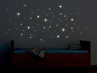Leuchtendes Wandtattoo Sterne Set im Kinderzimmer