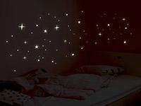 Wandtattoo Leuchtsterne Set über dem Kinderbett