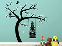 Zweifarbiges Wandtattoo Baum mit Schaukel und Eulen auf farbiger Wandfläche