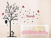 Kinder Wandtattoo Baum mit Wunschname zweifarbig auf heller Wandfläche