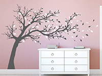 Großer Baum Wandtattoo in grau und weiß auf farbiger Wand