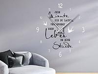 Zweifarbige Wandtattoo Uhr Jede Minute, die du lachst auf dunkler Wandfläche