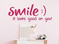Englisches Wandtattoo Smile it looks good on you auf heller Wandfläche