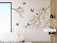 traumhafte Äste mit Blüten und Vögeln auf hellem Hintergrund