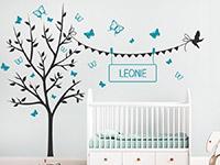 Wandtattoo Schmetterlingsbaum mit Wunschname im Kinderzimmer