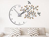 Wandtattoo Uhr mit Ast und Vögeln im Wohnzimmer