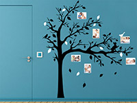 Bilderrahmen Wandtattoo Baum mit Fotorahmen und Katze auf dunkler Wandfläche