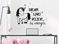 Einhorn Wandtattoo Believe in magic über dem Schreibtisch