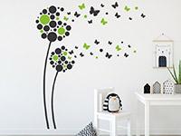 Zweifarbiges Wandtattoo Fantasieblumen mit Schmetterlingen auf heller Wand