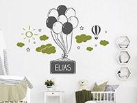 Zweifarbiges Wandtattoo Luftballons mit Wolken und Name auf heller Wand