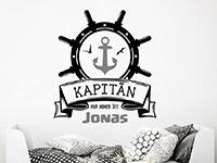 Maritimes Wandtattoo Kapitän mit Wunschname auf heller Wand